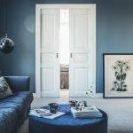 Светлый ковер голубые стены