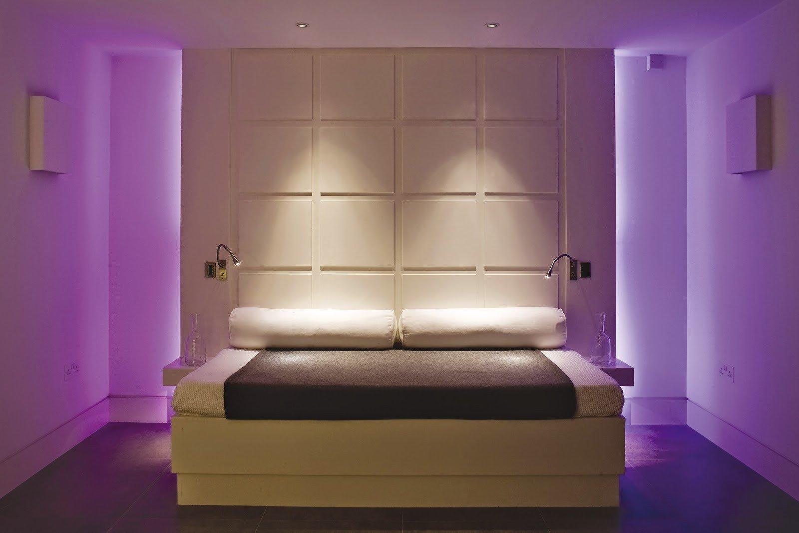 Фиолетовая подсветка в спальне