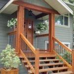 Крыльцо с деревянной лестницей