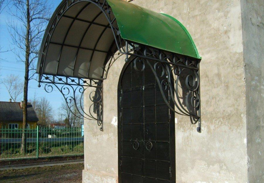 Дом с кованной дверью