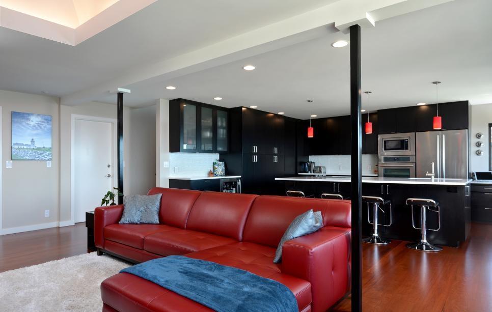 Красный кожаный диван на кухне