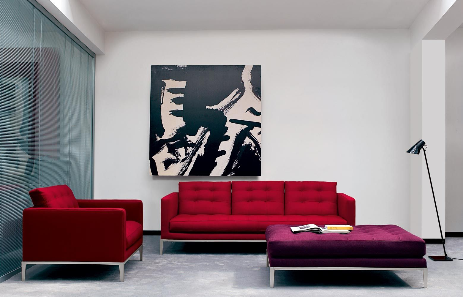 Красная мебель в светлой гостиной