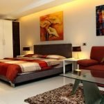 Красный диван в черно-белой спальне