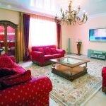 Красный диван с точечным рисунком