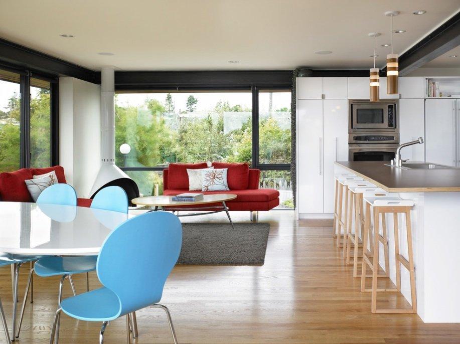 Красный диванчик на светлой кухне