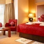 Красная кровать и диван
