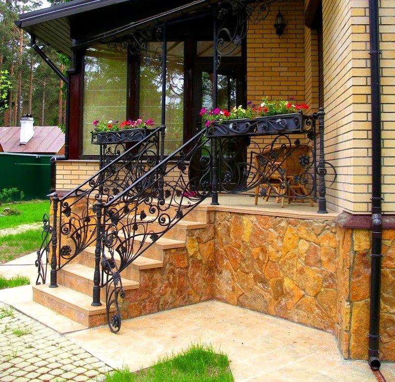 Дом с крыльцом из камня и железа