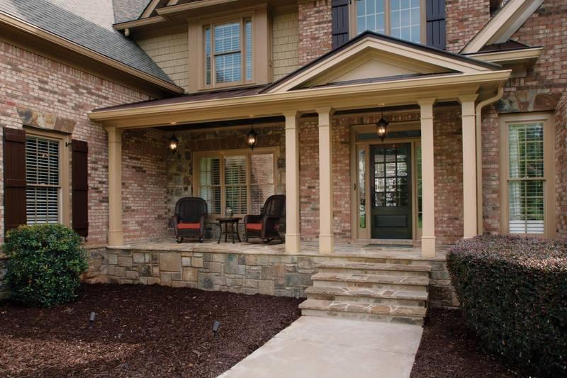 Дом с крыльцом из камня
