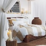 Уютная спальня с занавесками