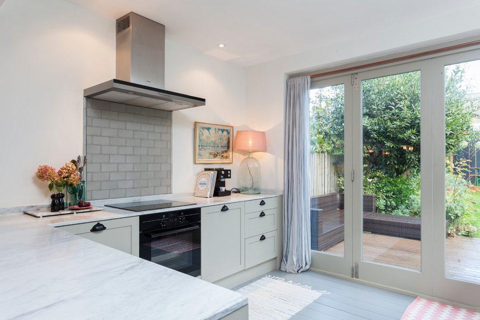 Однотонные шторы на кухне
