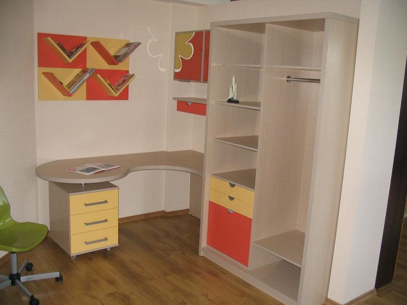 Встроенный письменный стол в шкаф