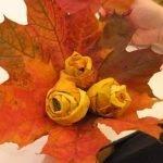 Подкладываем под бутоны листья