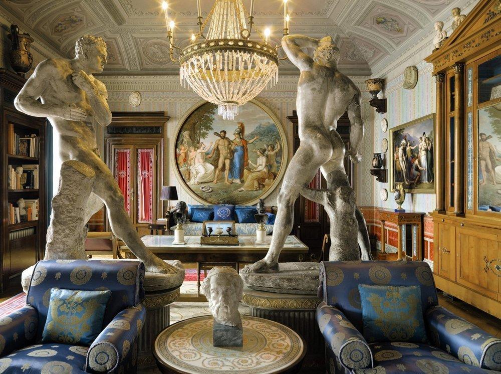 Скульптуры в гостиной