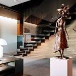 Монументальные статуи в интерьере