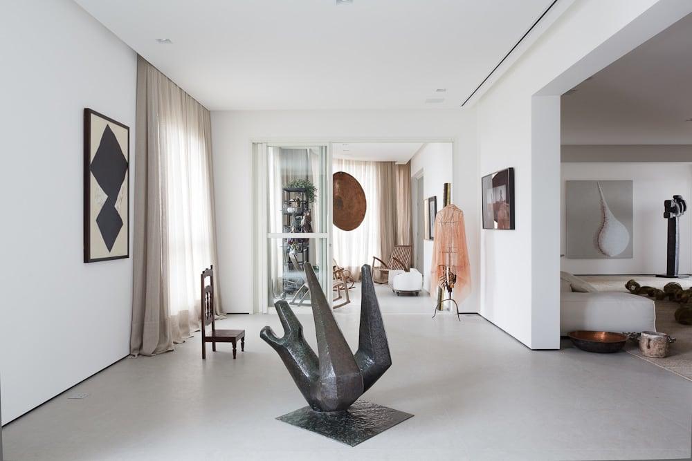 Скульптура в центре интерьера