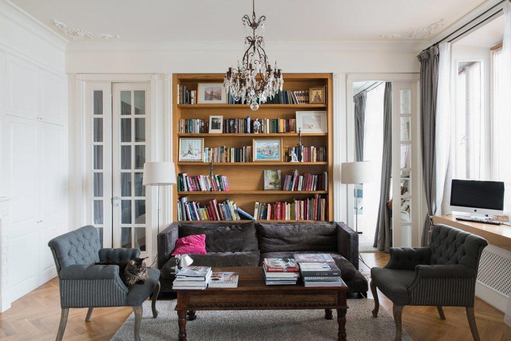 Книжный шкаф у стены