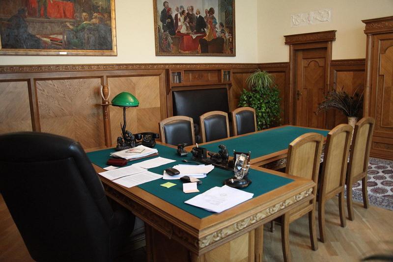 Зеленая лампа на рабочем столе