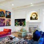 Синий и красный диван в гостиной