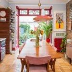 Кухня в стиле китч с большим окном