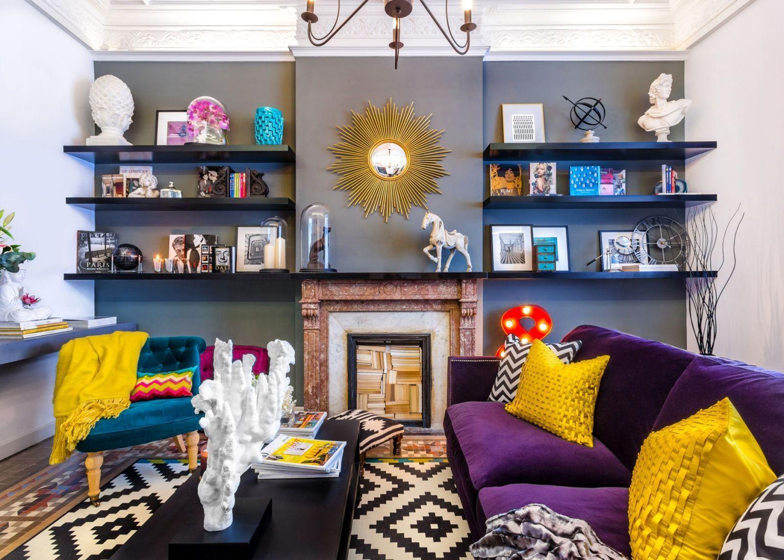 Фиолетовый диван с желтыми подушками