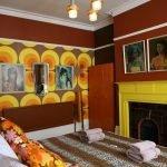 Желто-бордовый дизайн гостиной