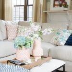 Разнообразные диванные подушки