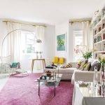 Яркий ковер в светлой гостиной