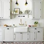 Белая плитка на белой кухне