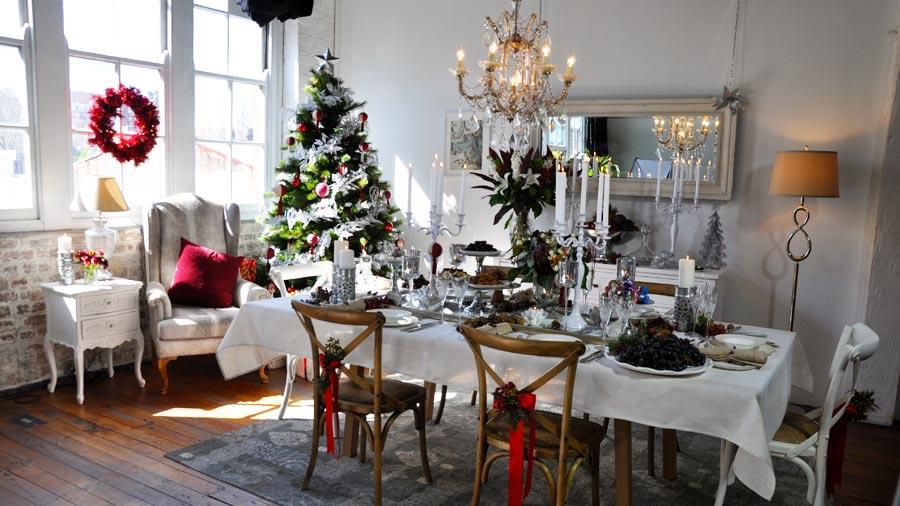 Новогодний стол в гостиной