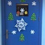 Бумажные снежинки на двери