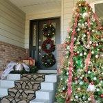 Большая елка у входа