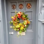 Яркий рождественский венок на двери