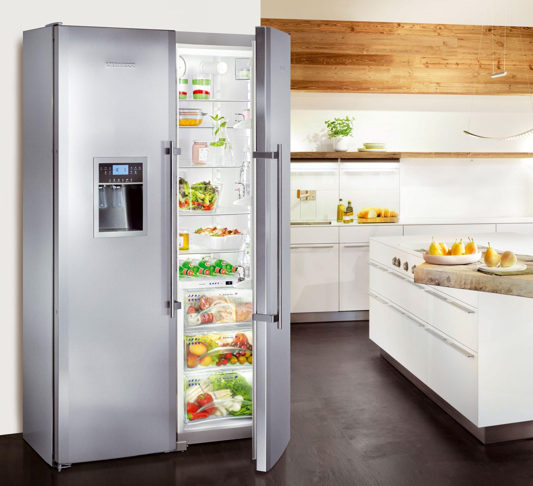 Открытый холодильник с ледогенератором