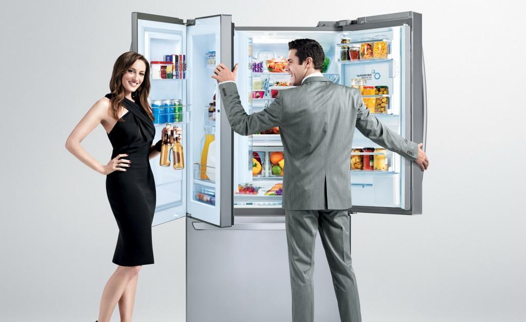 Девушка с парнем у холодильника