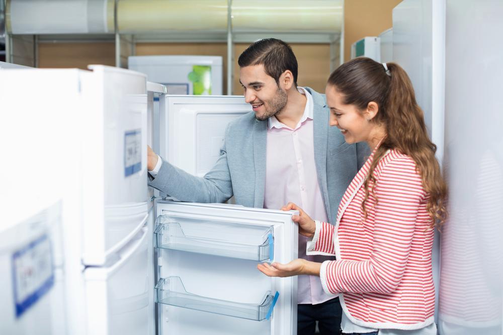 Семейная пара выбирает холодильник