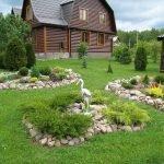 Альпийские горки перед домом