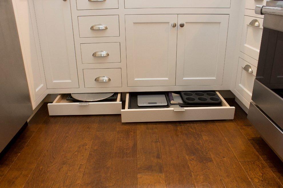 Кухонный гарнитур с ящиками в цоколе