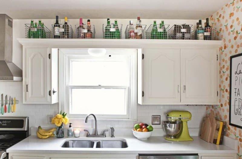 Место хранения над шкафчиком на кухне