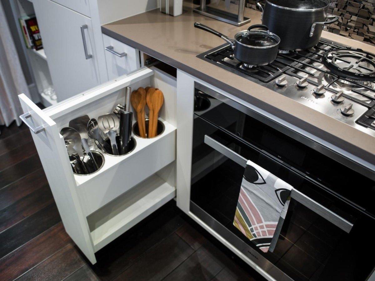 Кухонная мебель со встроенными местами хранения