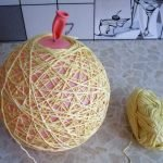 Обклеиваем шарик нитками