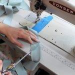 Вырезаем и подшиваем края лент