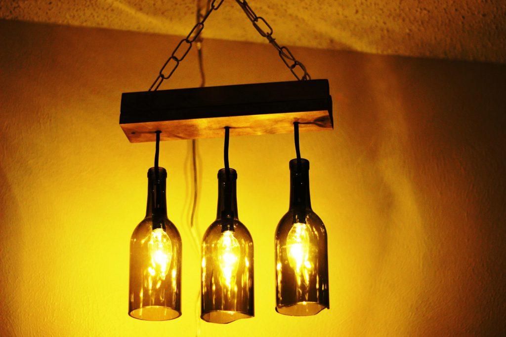 Светильник из винных бутылок и дерева