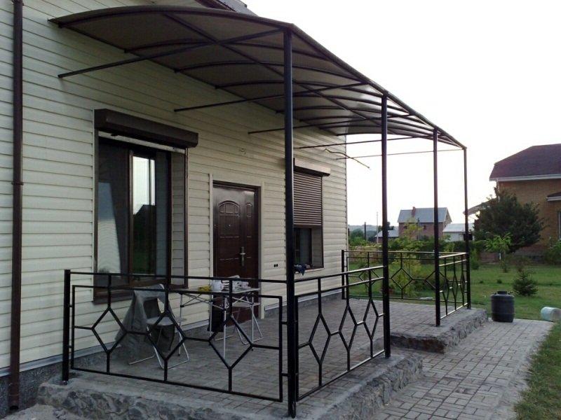 Дом с металлической террасой