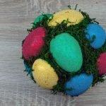 Пространство вокруг яиц также заполняем мхом