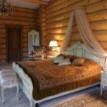 Блок-хаус у кровати