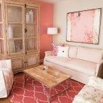 Интерьер столовой в бежево-розовых тонах