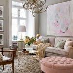 Интерьер гостиной в бежево-розовых тонах