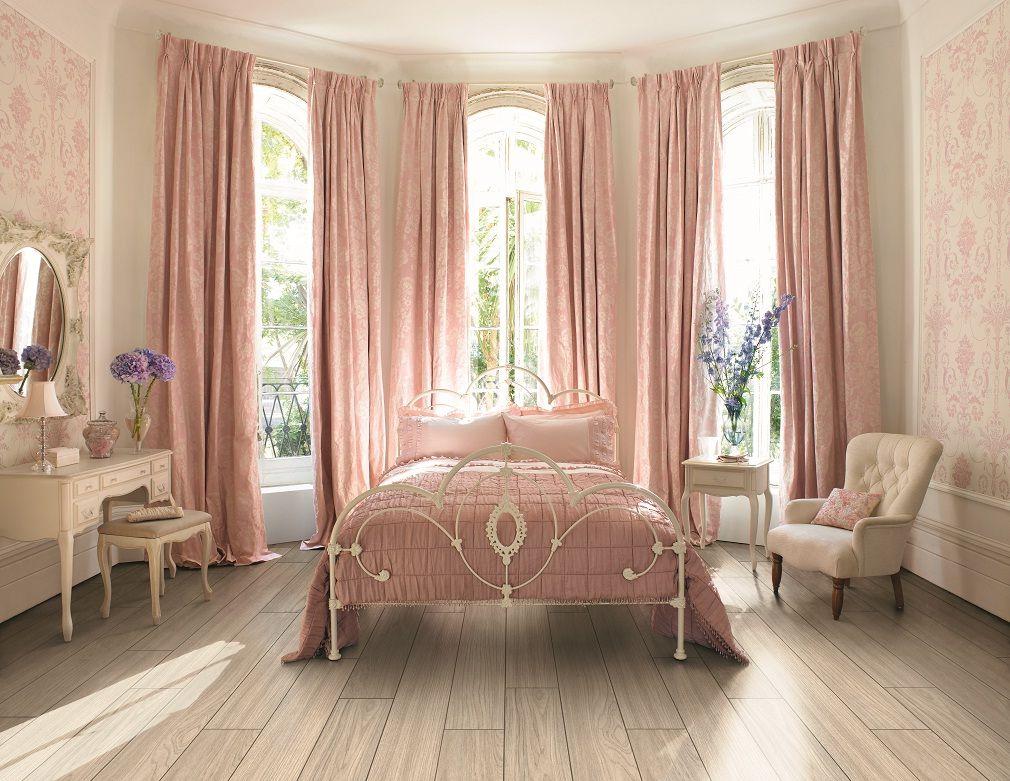 Интерьер спальни в бежево-розовых тонах идеи