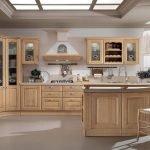 Интерьер классической кухни в бежевом цвете