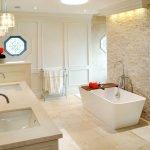 Бежевая ванная с белым потолком